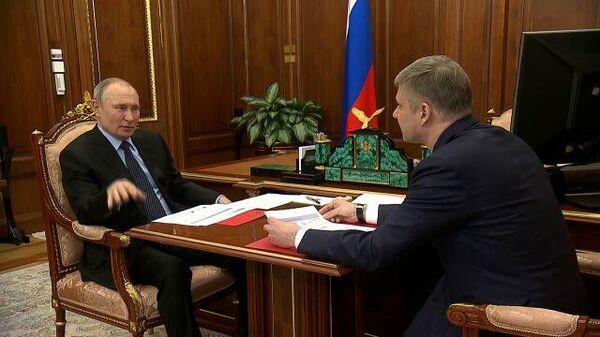 Путин задал главе РЖД очень профессиональный вопрос о полувагонах