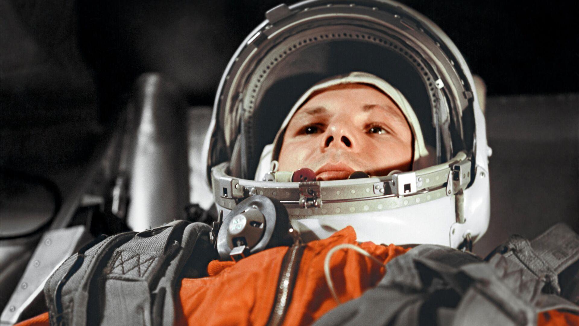 Космонавт Юрий Гагарин в кабине космического корабля Восток-1 перед стартом - РИА Новости, 1920, 12.04.2021