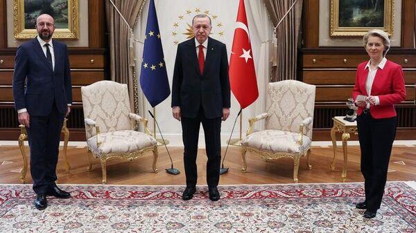 Президент Турции Реджеп Тайип Эрдоган на встрече с главой Евросовета Шарлем Мишелем и президентом Еврокомиссии Урсулой фон дер Ляйен