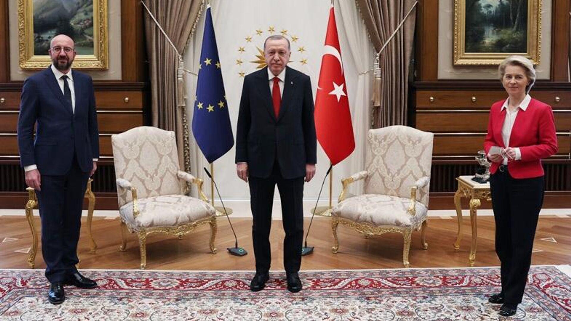 Президент Турции Реджеп Тайип Эрдоган на встрече с главой Евросовета Шарлем Мишелем и президентом Еврокомиссии Урсулой фон дер Ляйен - РИА Новости, 1920, 08.04.2021