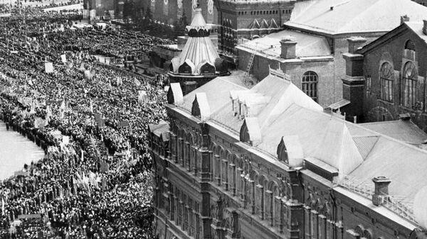 Люди собираются на Красной площади 14 апреля 1961 года, чтобы отпраздновать полет советского космонавта Юрия Гагарина