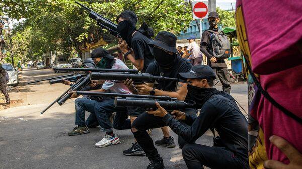 Протестующие против военного переворота с самодельными пневматическими винтовками в Янгоне, Мьянма