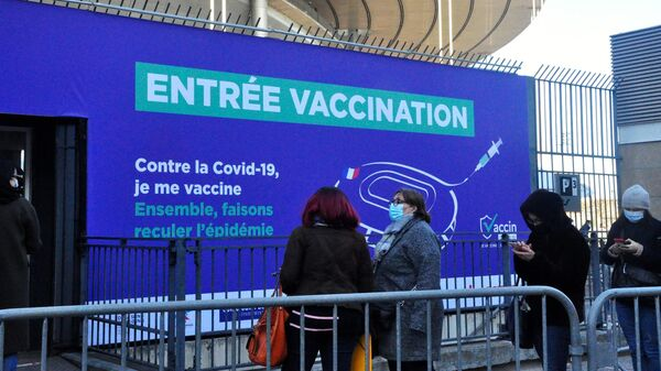 Местные жители стоят в очереди на вакцинацию от коронавируса в центре вакцинодроме на стадионе Стад де Франс