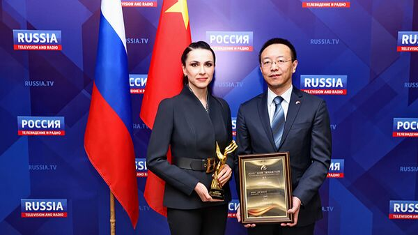 Журналистка ВГТРК Наиля Аскер-заде и руководитель Евразийского бюро CCTV Китая Ван Бинь