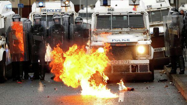 Полицейские во время беспорядков в Белфасте