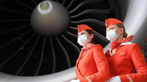 Стюардессы авиакомпании Аэрофлот у самолета Boeing 777-3M0/ER M.Kutuzov во время презентации новейшего ангарного комплекса в Шереметьево