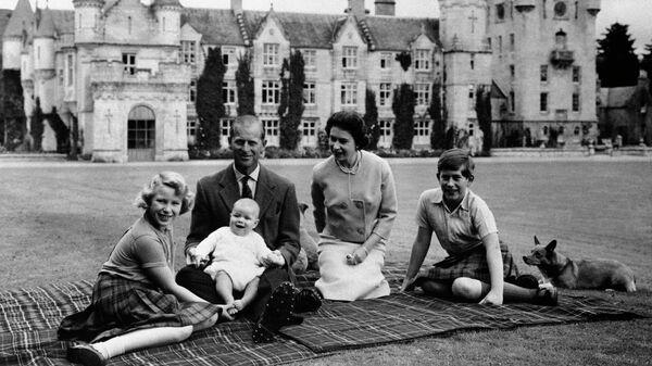 Королева Великобритании Елизавета II, герцог Эдинбургский и их детьми принц Чарльз, принцесса Анна и принц Эндрю
