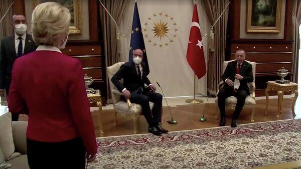 Президент Еврокомиссии Урсула фон дер Ляйен смотрит как президент Турции Реджеп Тайип Эрдоган и глава Евросовета Шарль Мишель занимают свои места