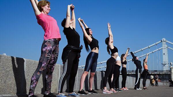 Девушки занимаются спортом в Парке Культуры в Москве