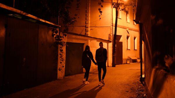 Молодые люди во время прогулки по ночной улице