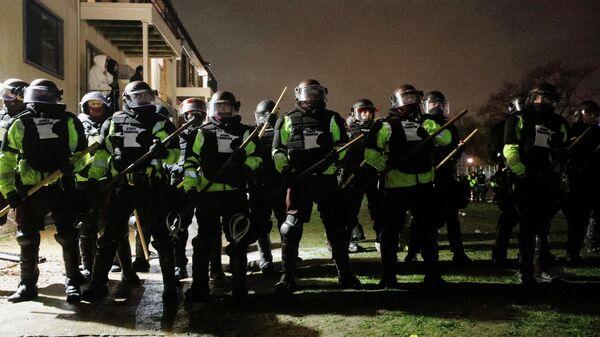 Сотрудники правоохранительных органов во время акции протеста в городе Бруклин-Сентер, штат Миннесота, США