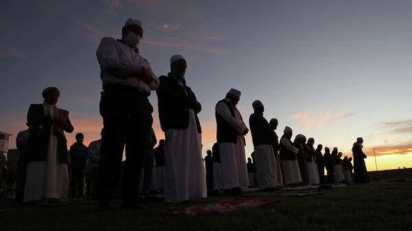 Мусульмане молятся на набережной Си-Пойнт в Кейптауне, Южная Африка. 12 апреля 2021 года