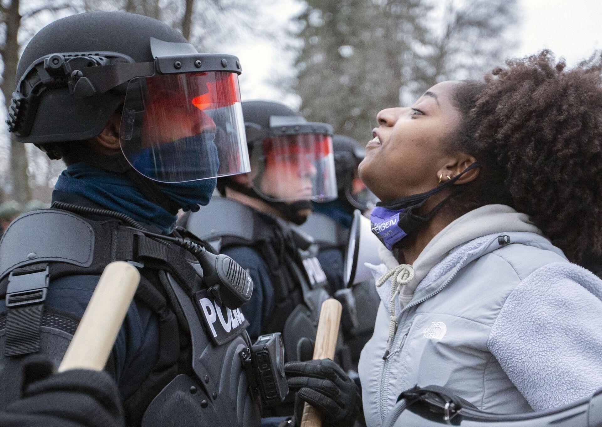 Участница акции протеста и полицейские в центре города Бруклин-Сентер в штате Миннесота, США - РИА Новости, 1920, 13.04.2021