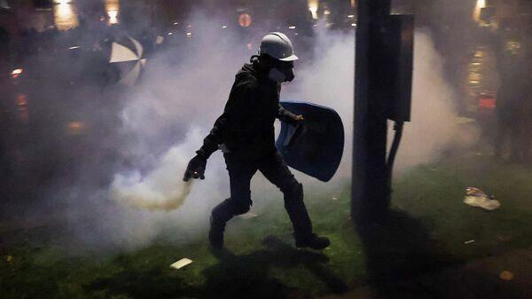 Участники акции протеста и полицейские в центре города Бруклин-Сентер в штате Миннесота, США