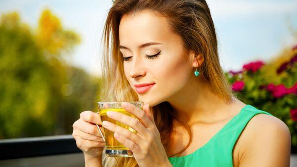 Девушка пьёт зелёный чай