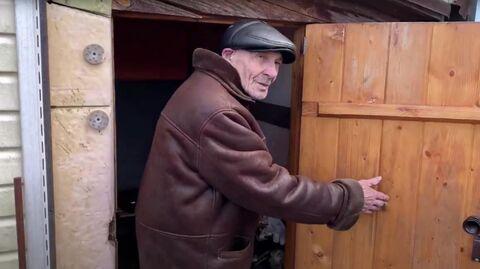 Валерьян Федорович входит в баню. Стоп-кадр видео