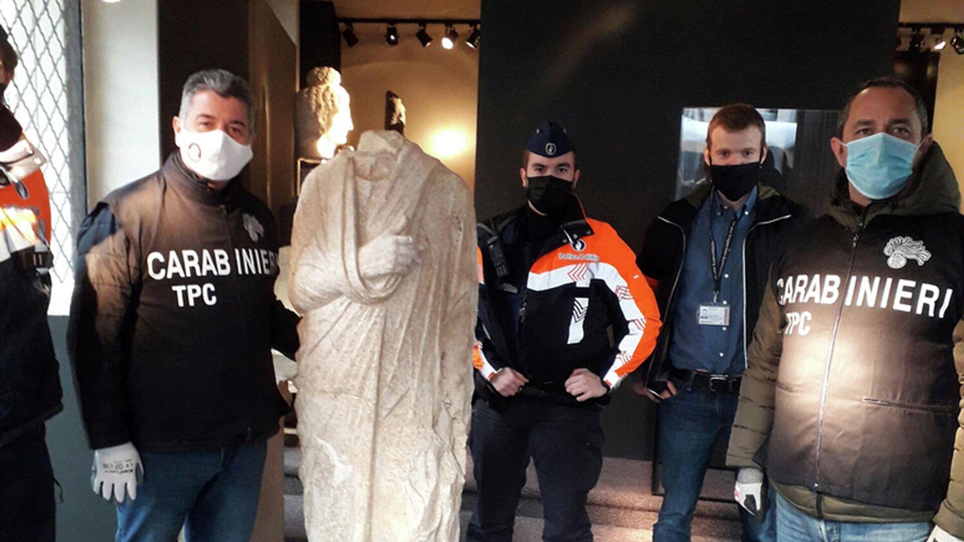 Итальянские карабинеры с древнеримской статуей, обнаруженной в антикварном магазине в Брюсселе - РИА Новости, 1920, 14.04.2021
