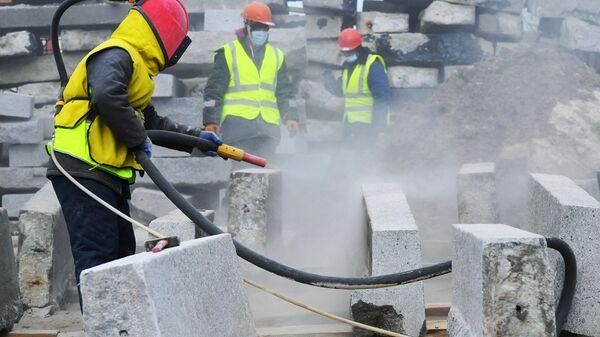 Пескоструйная обработка гранита перед началом его реставрации на территории строительной компании Лазурит в Троицке