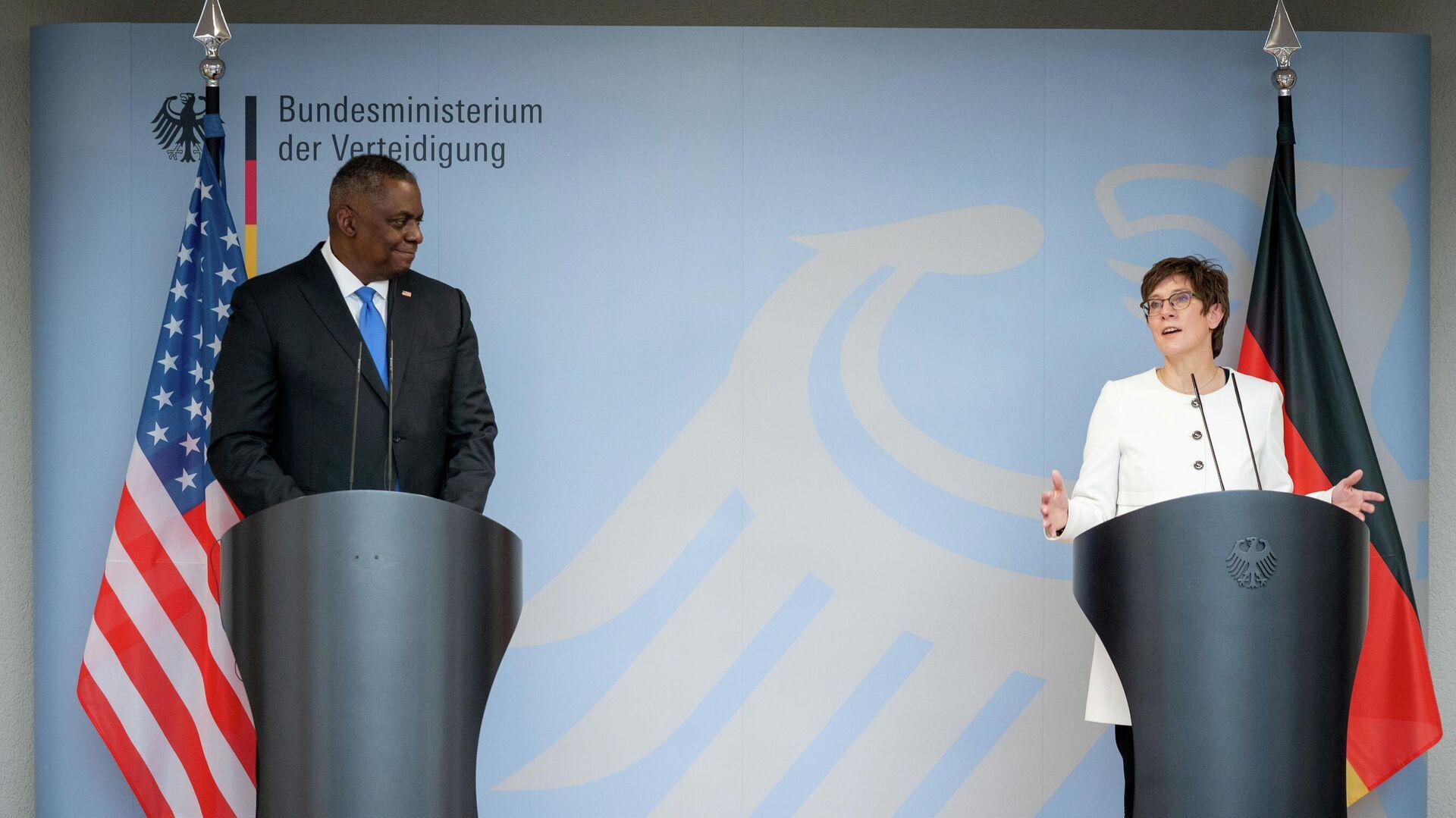 Главой Пентагона Ллойдом Остином и министр обороны Германии Аннегрет Крамп-Карренбауэр на пресс-конференции в Министерстве обороны Германии в Берлине. 13 апреля 2021 года - РИА Новости, 1920, 21.04.2021