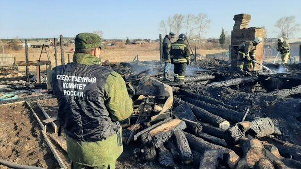 Следователи на месте пожара в частном доме в селе Бызово, Урал