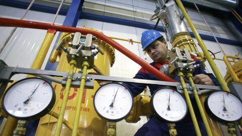 Работник Калининградской ТЭЦ-2 стоит у монометров в машинном зале