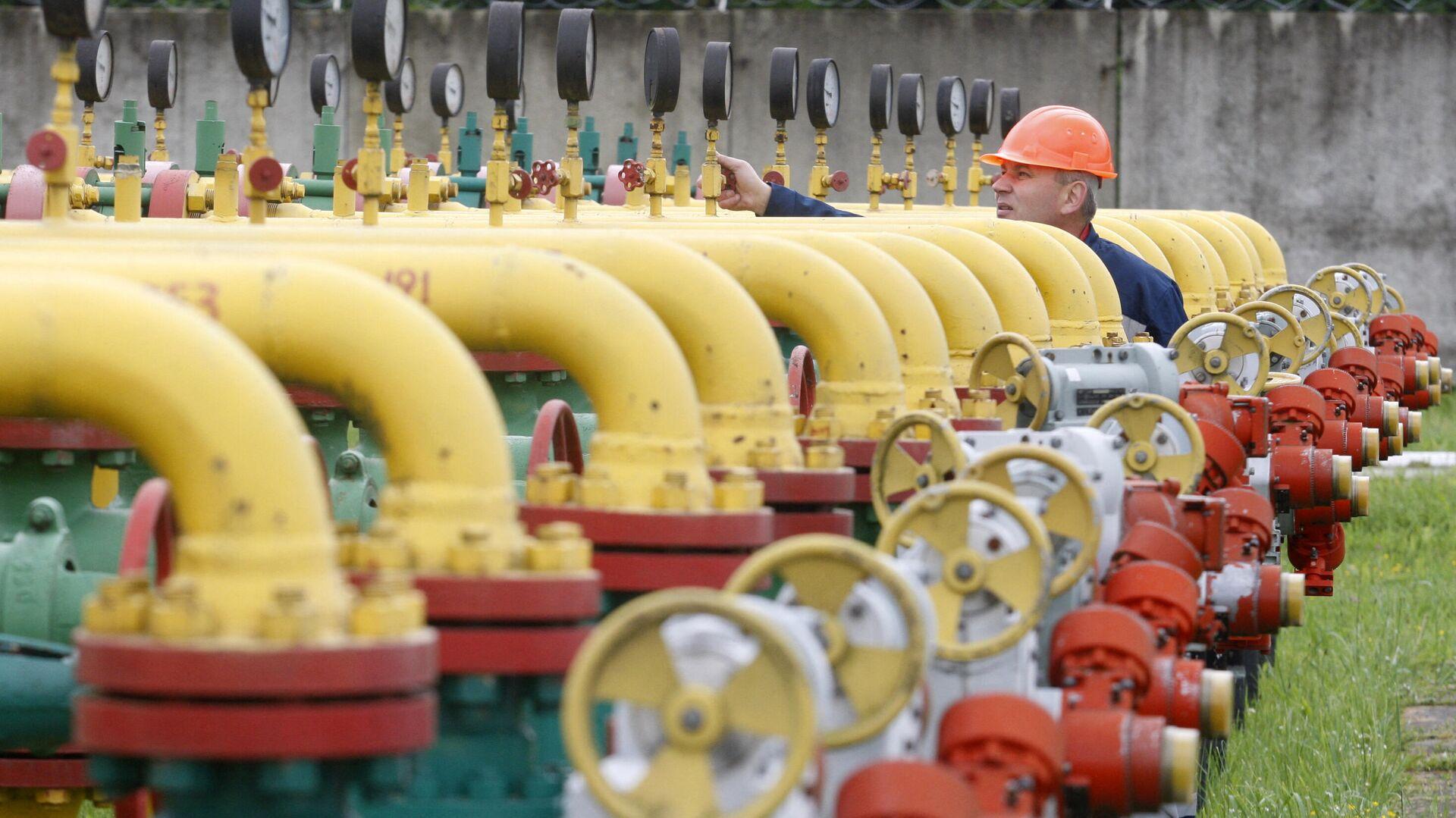 Сотрудник проверяет оборудование на Дашавском подземном хранилище газа в районе города Стрый под Львовом - РИА Новости, 1920, 18.04.2021