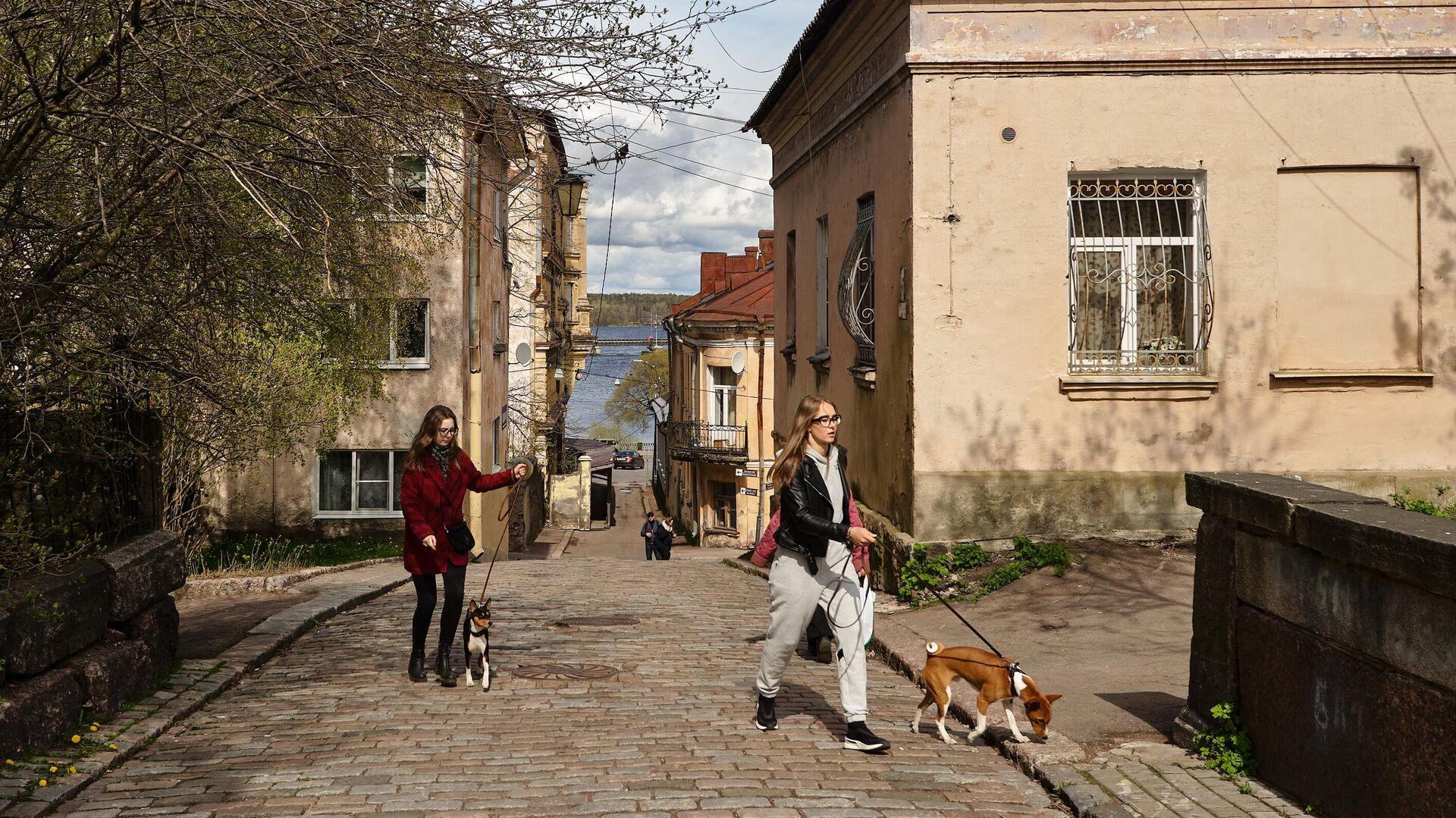 Девушки с собаками в центральной части Выборга - РИА Новости, 1920, 16.04.2021