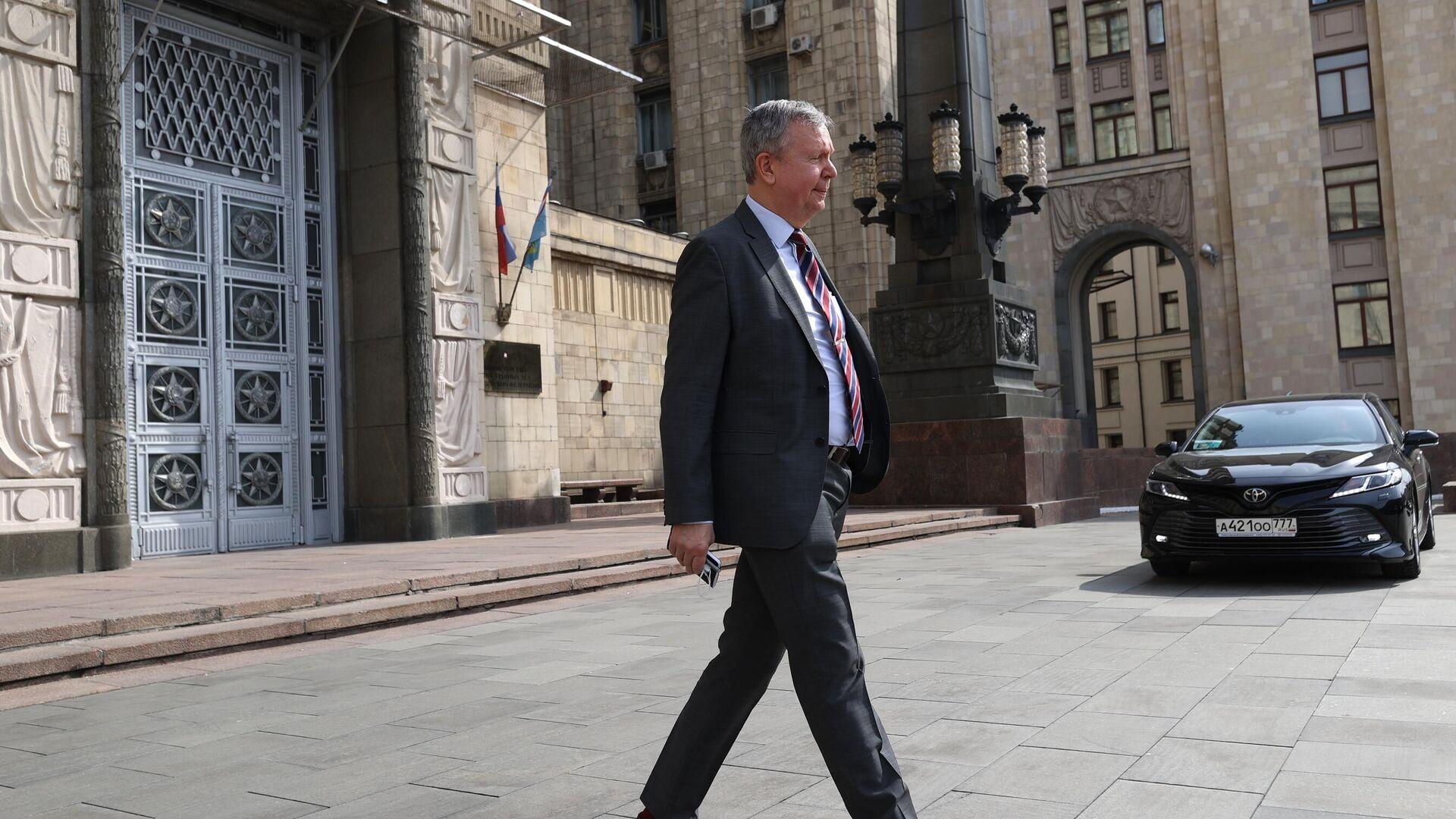 Посол Эстонии в России Маргус Лайдре выходит из здания в МИД РФ в Москве - РИА Новости, 1920, 03.08.2021