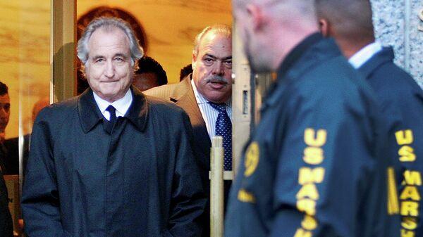 Брокер, создатель биржи NASDAQ Бернард Мейдофф после слушания дела в федеральном окружном суде Манхэттена