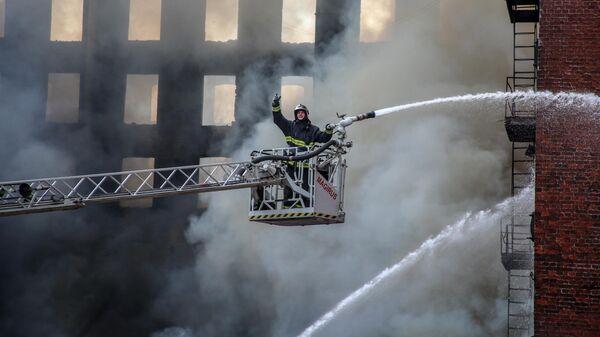 Пожарный во время тушения пожара в Невской мануфактуре