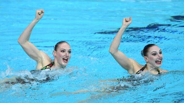 Светлана Ромашина и Светлана Колесниченко выступают с технической программой в соревнованиях дуэтов на III этапе Мировой серии FINA по синхронному плаванию 2021 в Казани.