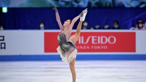 Анна Щербакова выступает на командном чемпионате мира по фигурному катанию в Осаке, Япония