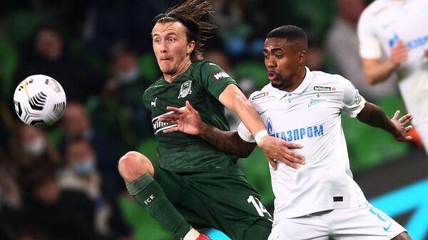 Игрок ФК Краснодар Кристоффер Олссон (слева) и игрок ФК Зенит Малком