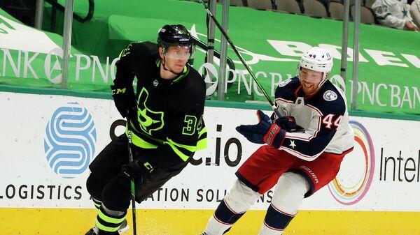 Игровой момент матча НХЛ Даллас - Коламбус. Слева - Денис Гурьянов
