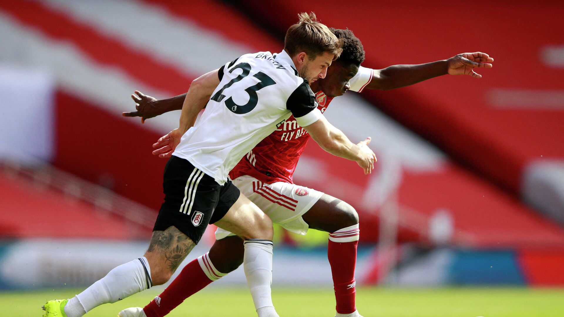 Fulham's English defender Joe Bryan (L) vies with Arsenal's English striker Bukayo Saka (R) during the English Premier League football match between Arsenal and Fulham at the Emirates Stadium in London on April 18, 2021. (Photo by Ian Walton / POOL / AFP) / RESTRICTED TO EDITORIAL USE. No use with unauthorized audio, video, data, fixture lists, club/league logos or 'live' services. Online in-match use limited to 120 images. An additional 40 images may be used in extra time. No video emulation. Social media in-match use limited to 120 images. An additional 40 images may be used in extra time. No use in betting publications, games or single club/league/player publications. /  - РИА Новости, 1920, 18.04.2021
