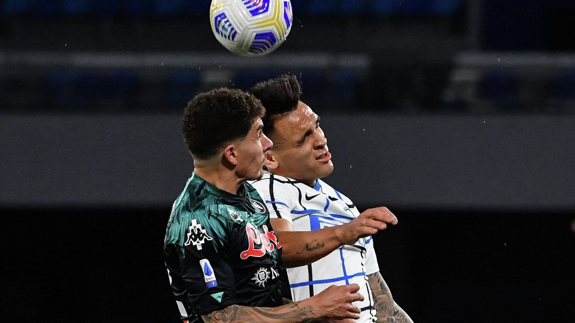 Napoli's Italian defender Giovanni Di Lorenzo (L) and Inter Milan's Argentine forward Lautaro Martinez go for a header during the Italian Serie A football match Napoli vs Inter on April 18, 2021 at the Diego Maradona (San Paolo) stadium in Naples. (Photo by Tiziana FABI / AFP) - РИА Новости, 1920, 18.04.2021