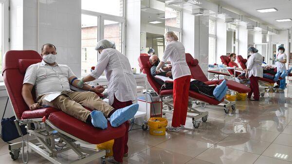 Доноры во время сдачи крови в клиническом центре крови
