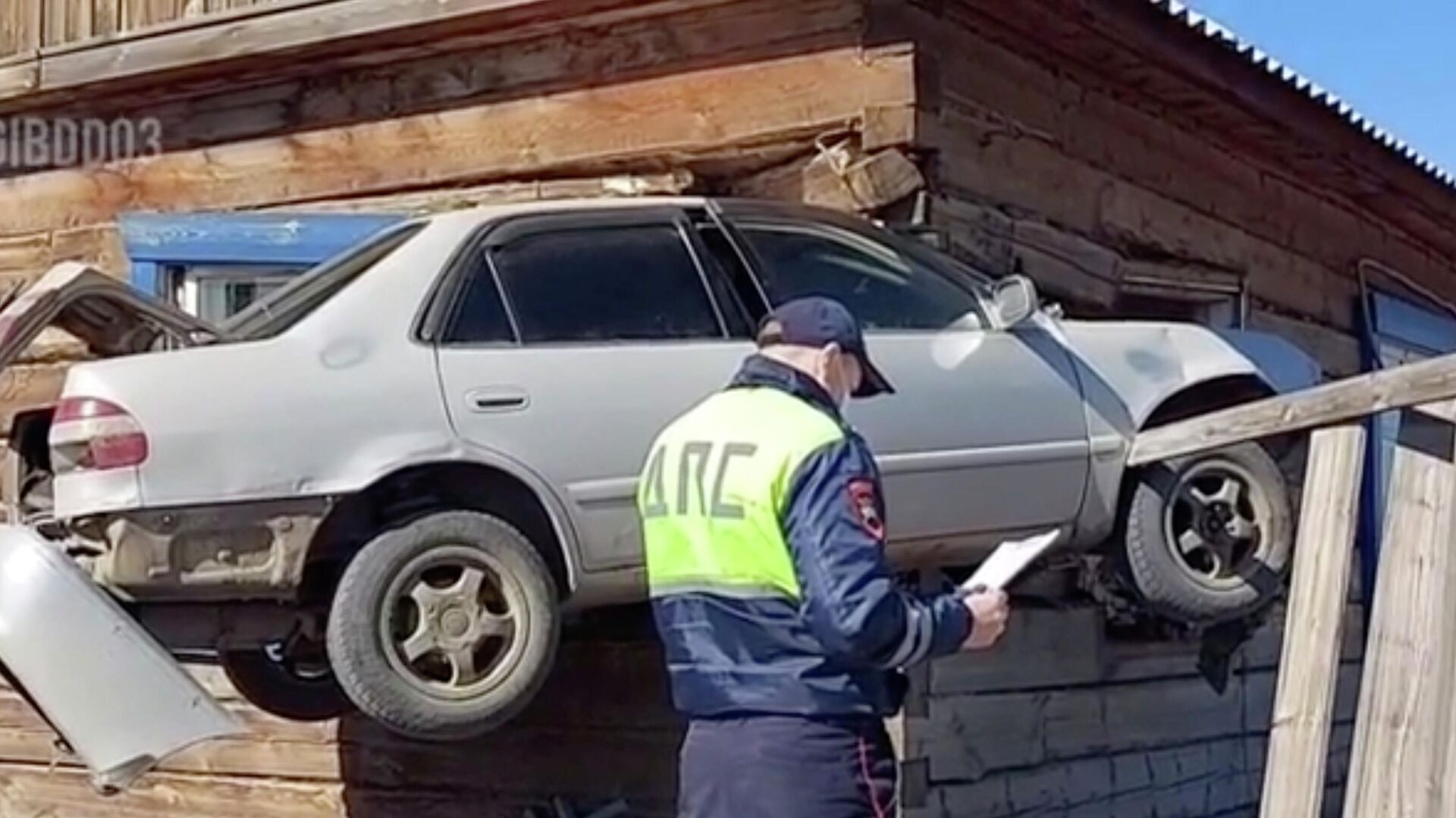 В Бурятии автомобиль протаранил дом