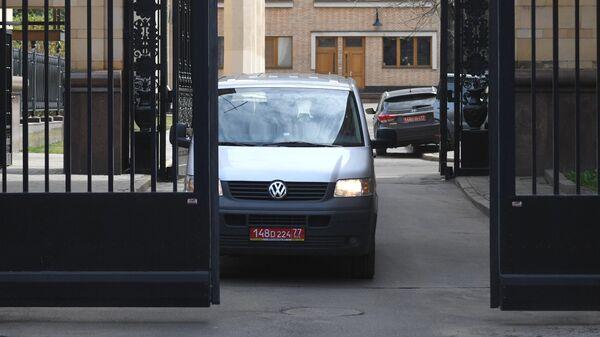 Автомобиль с дипломатическими номерами выезжает с территории посольства Чешской республики в Москве