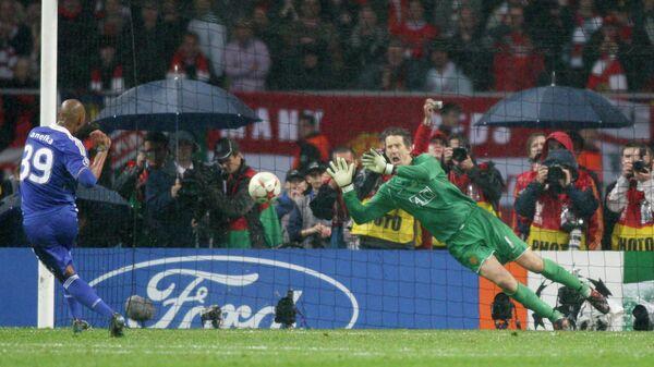 Нападающий Челси Николя Анелька (слева) и вратарь Манчестер Юнайтед Эдвин ван дер Сар