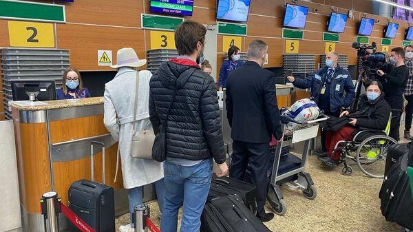 Сотрудники посольства Чехии в РФ в зале вылетов в аэропорту Шереметьево