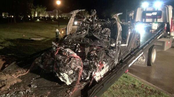 На месте ДТП с участием электромобиля Tesla в американском штате Техас. Кадр из видео