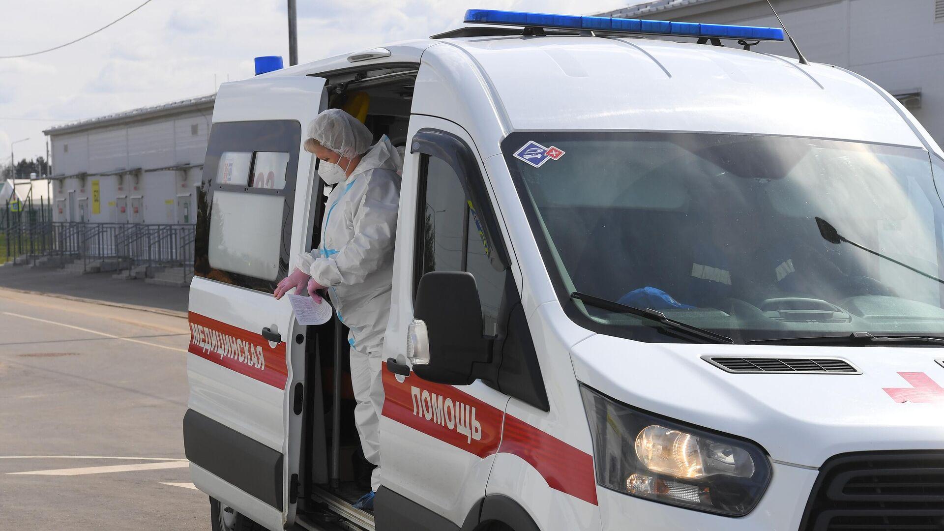 Медицинский работник выходит из салона скорой медицинской помощи - РИА Новости, 1920, 01.08.2021