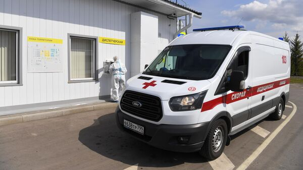 Автомобиль скорой медицинской помощи на территории Московского клинического центра инфекционных болезней Вороновское