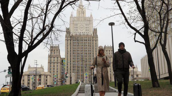Прохожие у здания МИД России в Москве