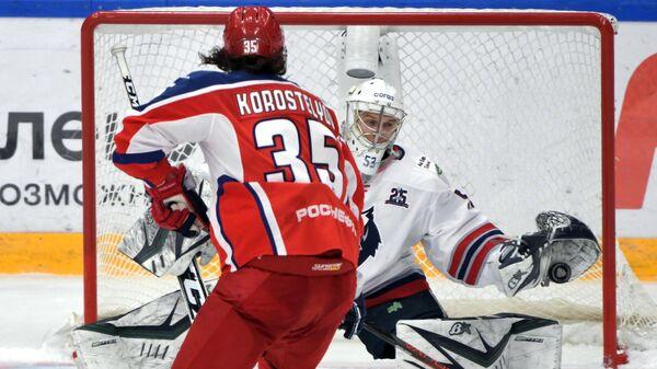 Игрок ЦСКА Никита Коростелёв и вратарь Нефтехимика Евгений Иванников (справа)
