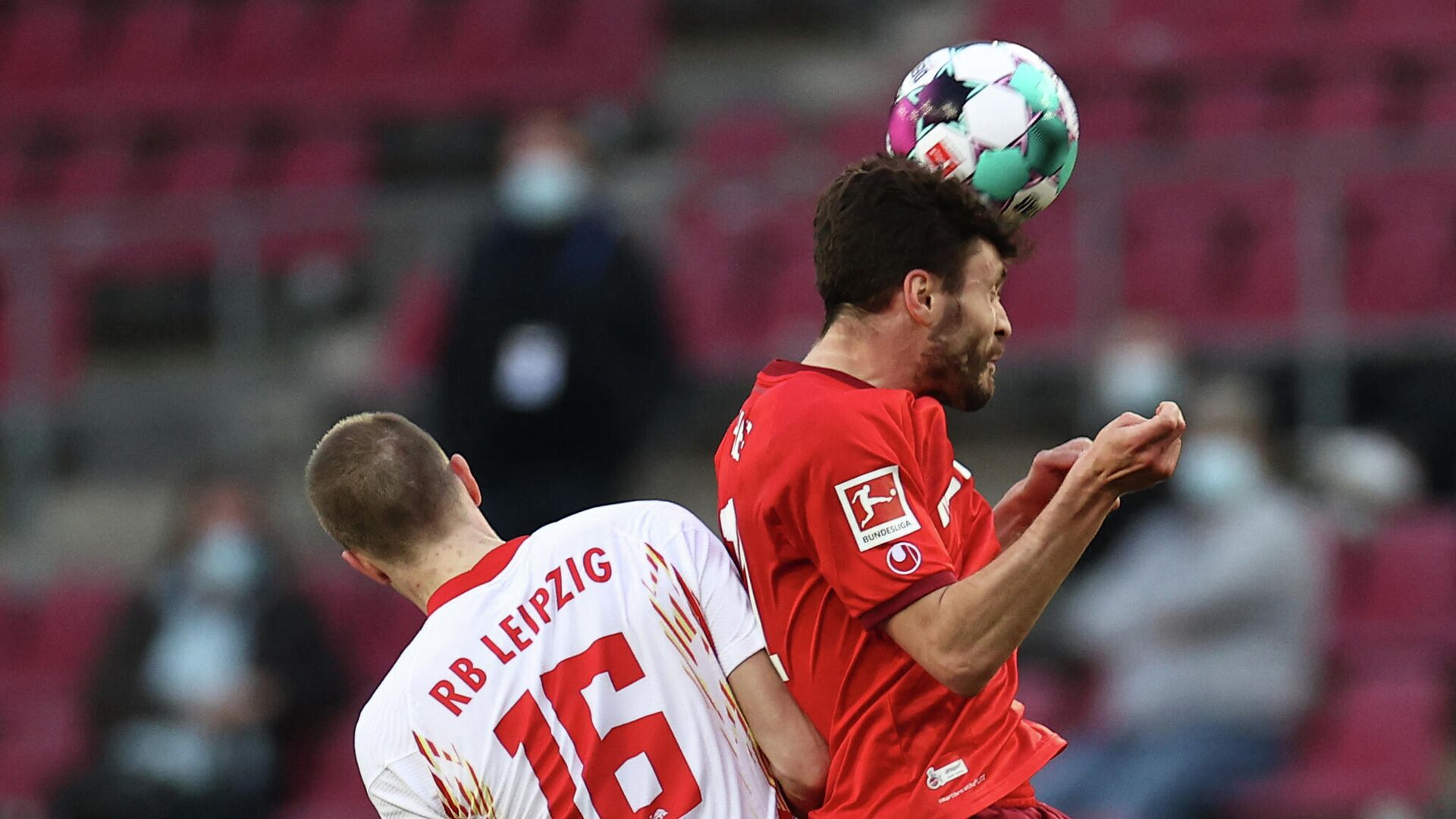 Leipzig's German defender Lukas Klostermann (L0 and Cologne's German defender Jonas Hector vie for the ball during the German first division Bundesliga football match FC Cologne vs RB Leipzig, in Cologne, western Germany, on April 20, 2021. (Photo by Rolf Vennenbernd / POOL / AFP) / DFL REGULATIONS PROHIBIT ANY USE OF PHOTOGRAPHS AS IMAGE SEQUENCES AND/OR QUASI-VIDEO - РИА Новости, 1920, 20.04.2021