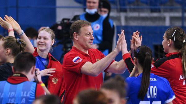 Главный тренер женской сборной России по гандболу Алексей Алексеев и игроки команды радуются победе в квалификационном мачте чемпионата мира 2021 года по гандболу между женскими сборными командами России и Турции.