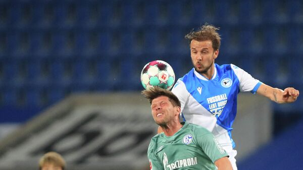 Schalke's Dutch forward Klaas-Jan Huntelaar (front) and Bielefeld's Austrian midfielder Manuel Prietl vie for the ball during the German first division Bundesliga football match Arminia Bielefeld v Schalke 04 in Bielefeld, northern Germany, on April 20, 2021. (Photo by WOLFGANG RATTAY / POOL / AFP) / DFL REGULATIONS PROHIBIT ANY USE OF PHOTOGRAPHS AS IMAGE SEQUENCES AND/OR QUASI-VIDEO