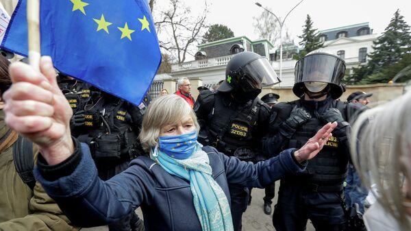 Акция протеста напротив Российского посольства в Праге, связанная с объявленной причастностью России ко взрывам на складах боеприпасов в деревне Врбетице в 2014 году